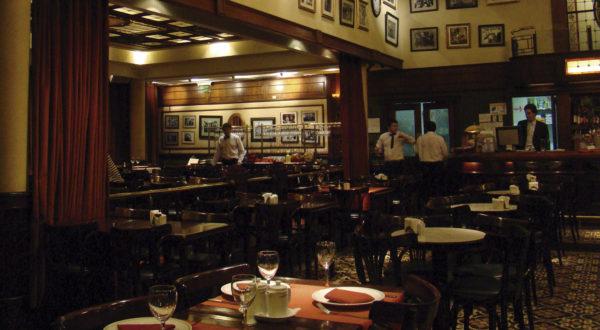 El Café de los Angelitos por la noche. Buenos Aires